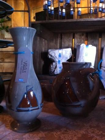 1 van de souvenirs. Een vaas met botter erop.